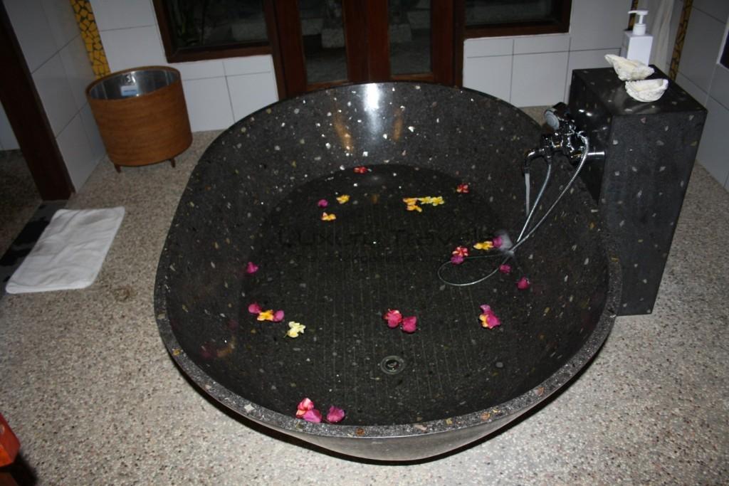 kokotinos-sekotong-lombok-romance-bath